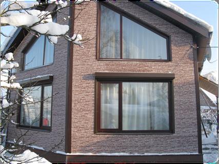 Темный дом с белыми окнами